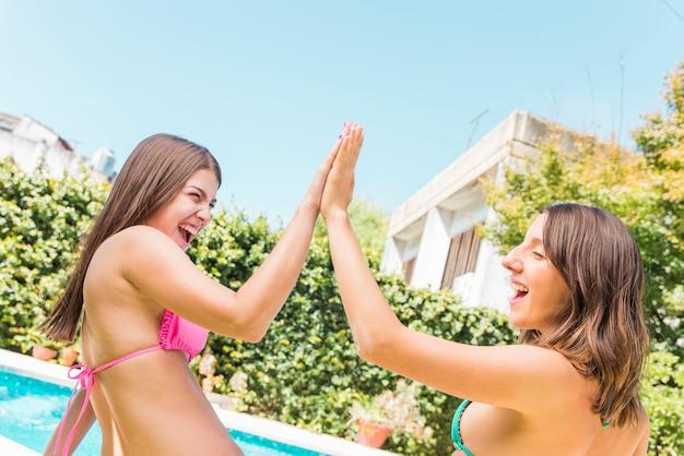 休暇中に楽しんで笑っている若い女性
