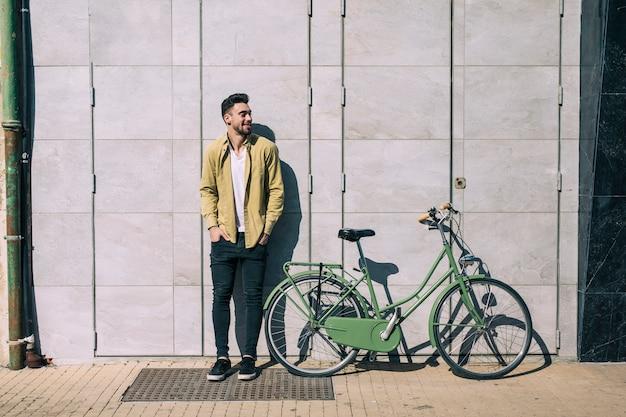 都市の自転車を持つ男