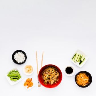 Надземный взгляд очень вкусной азиатской еды изолированный на белой поверхности