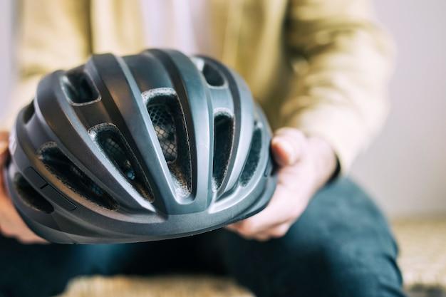 自転車用ヘルメットを持つ男