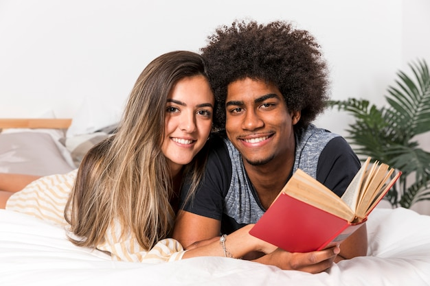 異人種間のカップルが一緒に読んでの肖像画