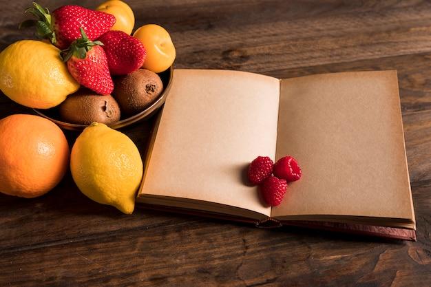 Капризный фруктовый натюрморт