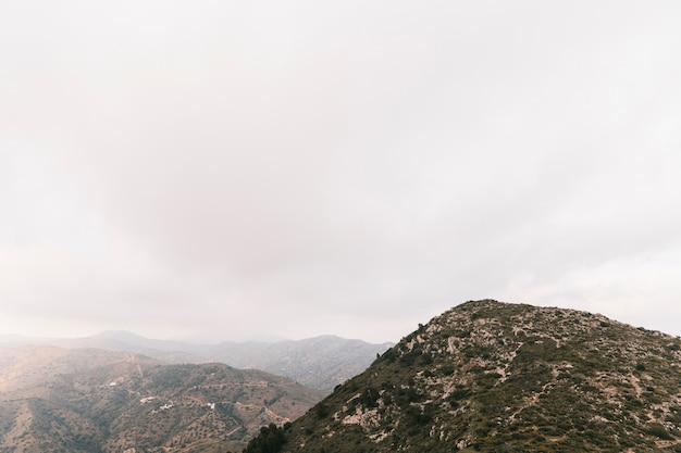 白い曇り空とロッキー山脈の風景の景色