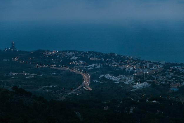 夕暮れ時の山の田舎の丘陵地帯の屋上住宅