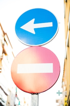 赤い停止道路標識と道路標識