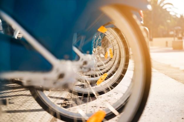 多くの自転車の車輪のクローズアップが一列に並ぶ