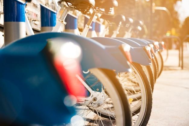 日光の下で自転車が隣同士にきつく立つ