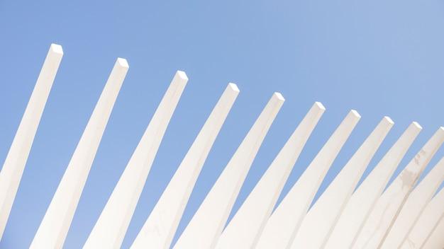 青い空を背景に建築工事