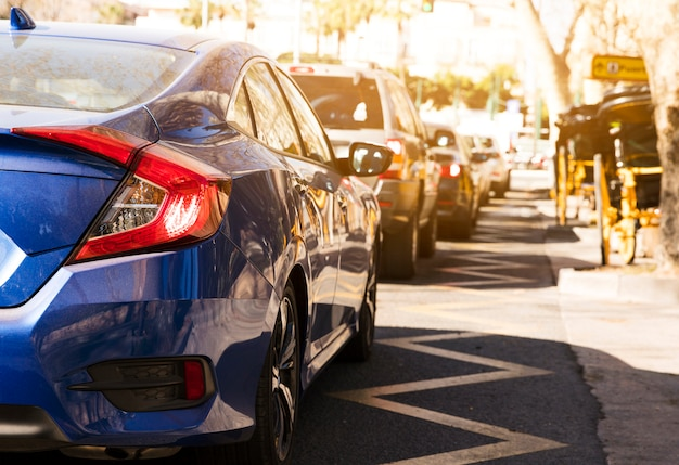 Роскошный автомобиль в ряд на улице