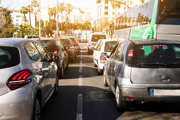 Дорожная пробка в час пик городской жизни