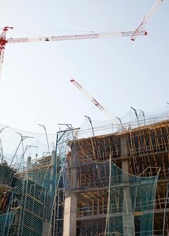 青い空を背景に建設中の建物のクローズアップ