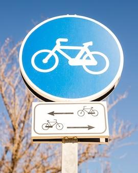 青い空を背景の青いサイクルサインのクローズアップ