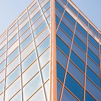 モダンなガラスビジネスセンターの低角度のビュー