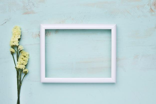 Плоская планировка рамки с цветочной концепцией
