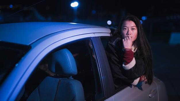 Девушка в машине ночью