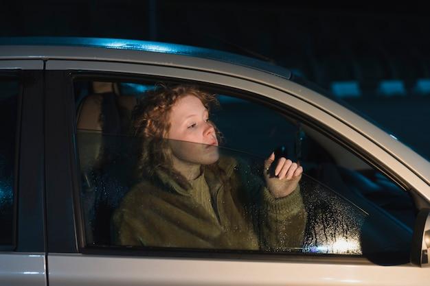 夜に車の中で女の子