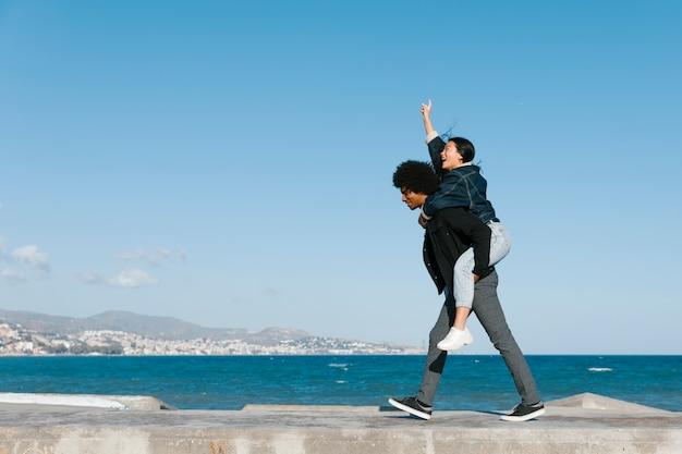 Счастливая пара на свежем воздухе