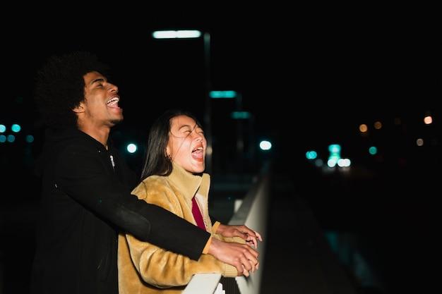 夜のカップルとの外出の概念