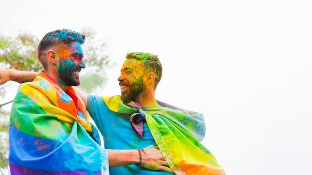 笑いと抱きしめる塗装面と同性愛カップル