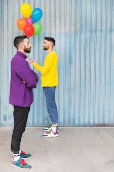 お互いに反対側に立っている風船とゲイ