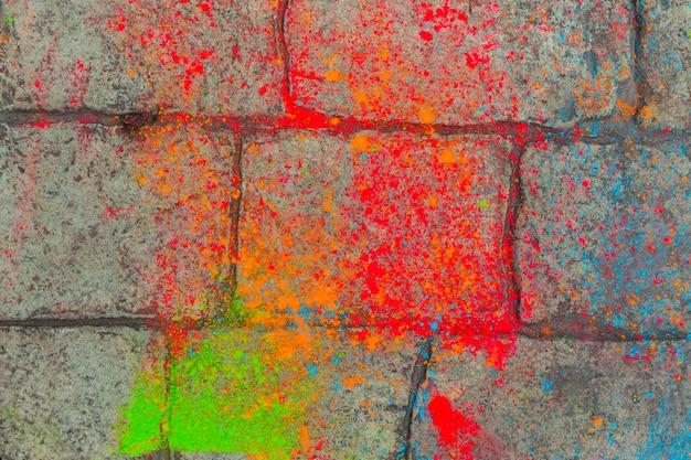 敷石の上のカラフルな塗料