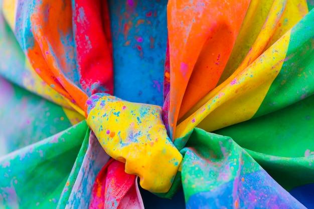 結び目の汚れた虹色の旗