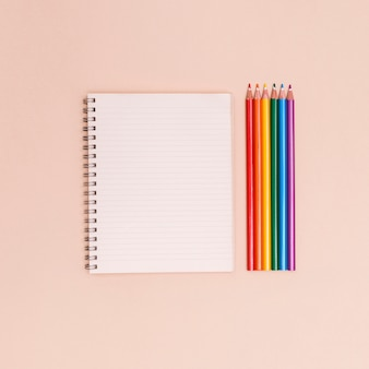 虹色の鉛筆とノート