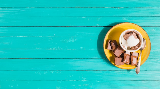 アイスクリーム、チョコレート添え