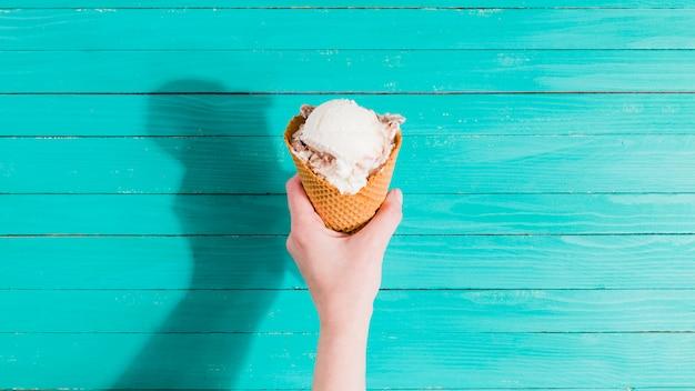 アイスクリームコーンを手に