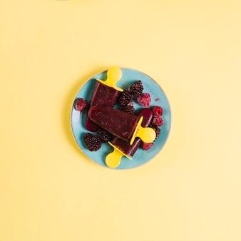 皿の上の果実とアイスキャンデー