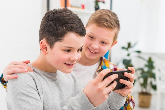 スマートフォンで遊ぶ男の子たち
