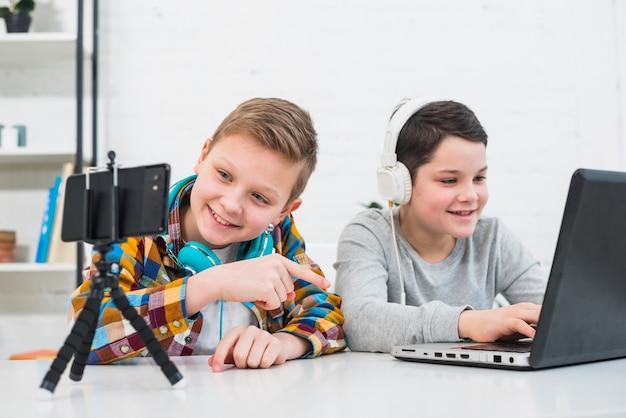 Мальчики с ноутбуком и смартфоном