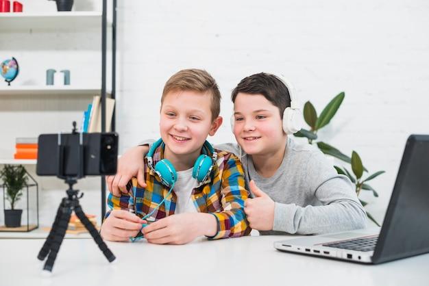 ノートパソコンとスマートフォンの男の子