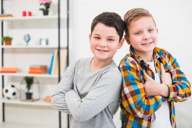 Портрет двух мальчиков дома