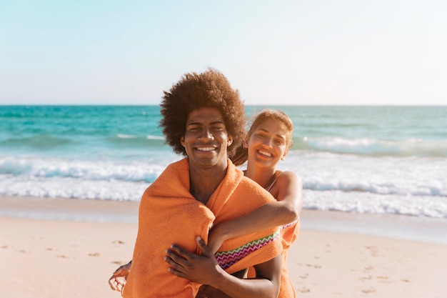 海辺で遊び心のある多民族カップル