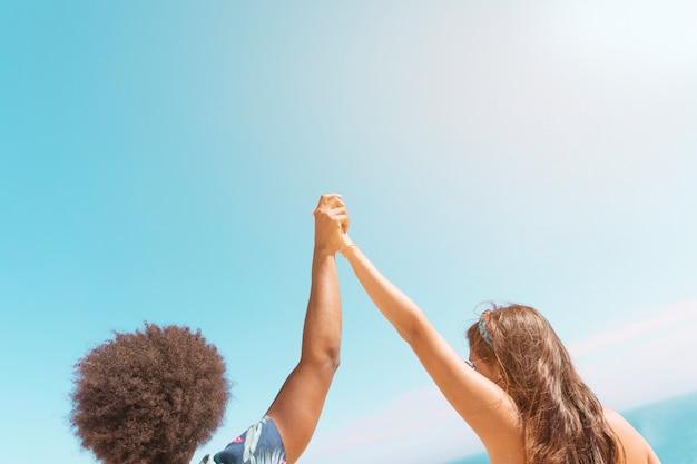 一緒に手を繋いでいると上向きにそれらを導くカップル
