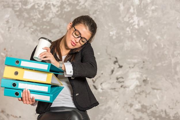 Брюнетка предприниматель держит папки