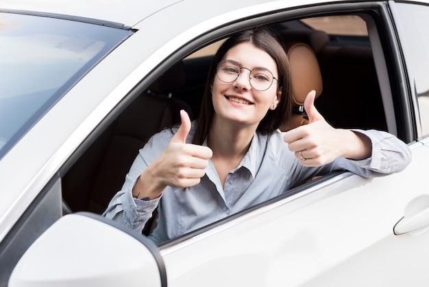 車の中のブルネットの実業家