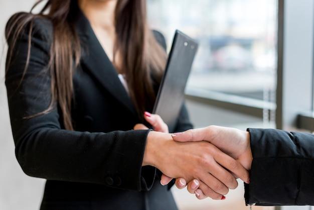 Брюнетка деловая женщина делает переговоры