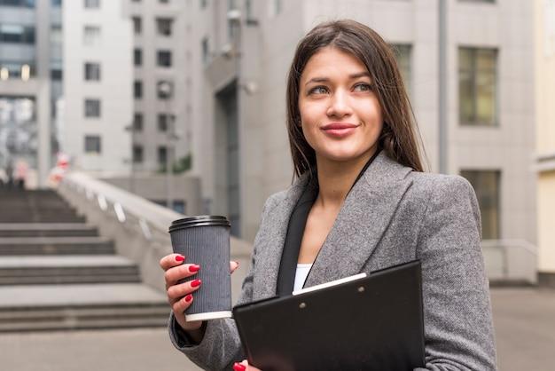 コーヒーを飲みながらブルネットの実業家
