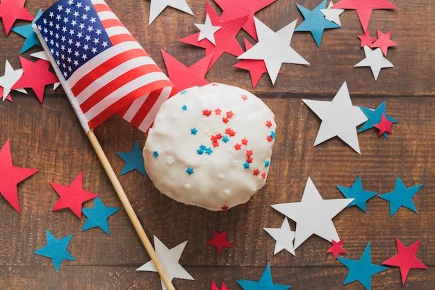 ケーキと独立記念日のための国旗