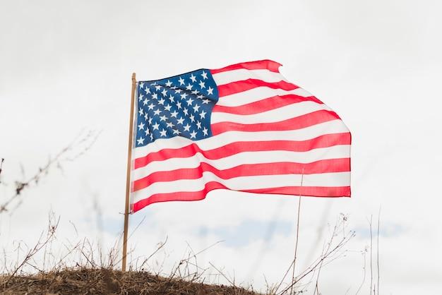 空に対してアメリカの国旗
