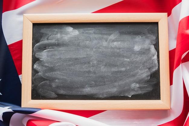 アメリカの国旗の背景に汚れた黒板
