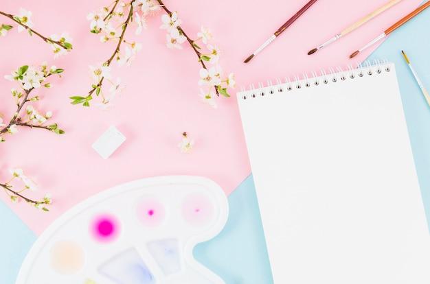 花の枝を持つトップビューノートブック