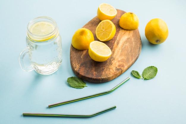 木の板にレモン