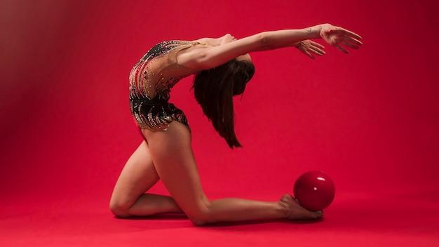 体操選手がボールでポジションを作る