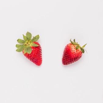 Красная сладкая клубника на белом фоне