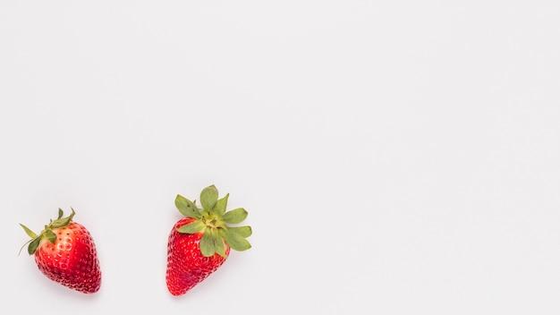 白い背景の上のジューシーなイチゴ
