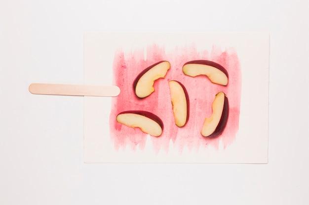 アイスクリームの形で描かれた水彩画のリンゴのスライス