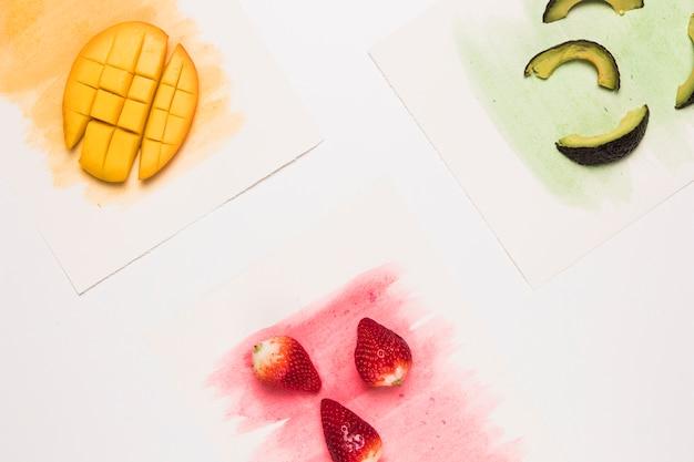色の水彩画の表面に果物の組成